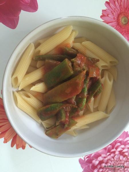 pasta, green beans, tomato sauce
